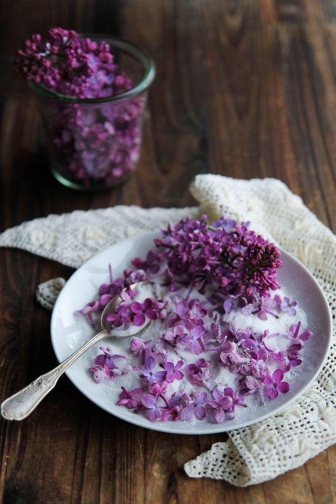 Sucre de fleurs - ingrédients pour 1 pot : 150 g de sucre semoule, 1 poignée de fleurs fraiches de votre choix : lilas, acacia, lavande...