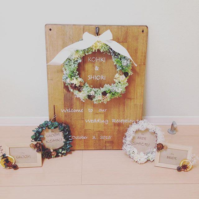 * 先日作ったリースは ウェルカムボードに付けました。 * * ドイトで購入した板にニスを塗り * ダイソーのフックをくっつけ * リースにはウェディングらしい白のサテンリボンを * * 両サイドのリースはチェアサイン * そのまた両サイドは受付に置くものを作ってみました * * #結婚式 #wedding #プリザーブドフラワー #ドライフラワー #リース #ウェルカムボード