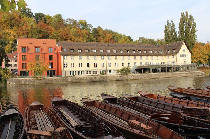 Jugendherberge Tübingen - Tübingen ist nicht nur geografischer Mittelpunkt Baden-Württembergs, sondern auch eine Stadt der Dichter und Denker. Neben einer der ältesten Universitäten Deutschlands finden sich hier geschichtsträchtige Fachwerkhäuser in verwinkelten Altstadtgassen. Und am Rande der Altstadt, direkt am Neckar, liegt die barrierefreie Jugendherberge Tübingen. - www.jugendherberge-tuebingen.de