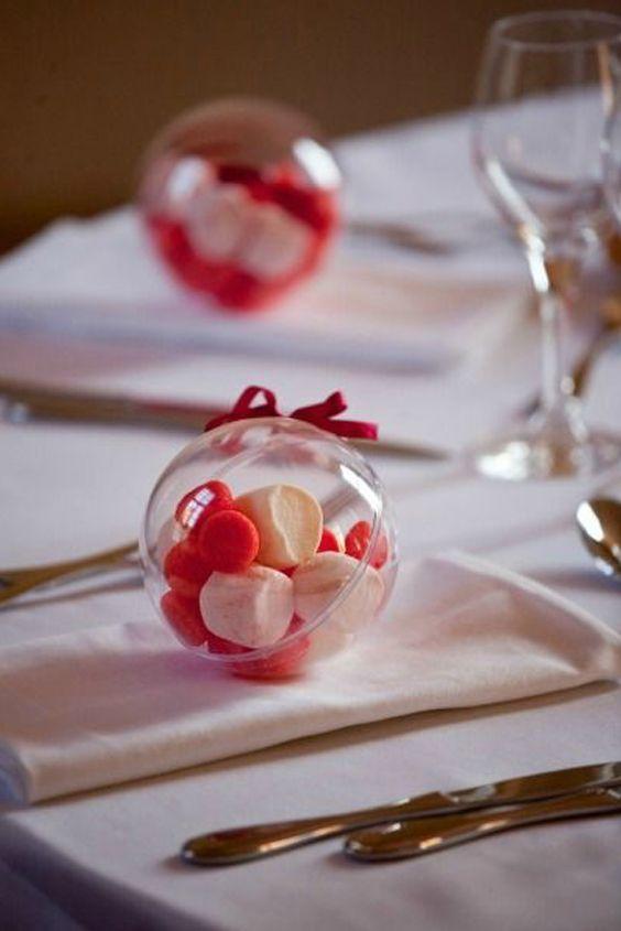 Con las Esferas Burbuluz puedes adornar tus Mesas de Bodas con Detalles en su interior como pétalos, Velas LED o con Recuerdos para tus Invitados