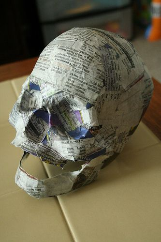 halloween paper mache skull tutorial -- this is the diy i feel like i've been searching for all my life. great way to make a lot of easily customizable skulls for CHEAP