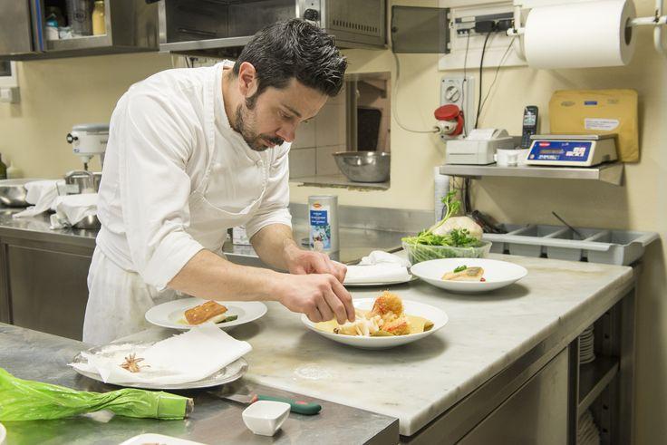 Lo Chef Paolo che si occupa della preparazione di un piatto  www.hotel-posta.it #RistoranteLaVeranda a #Moltrasio
