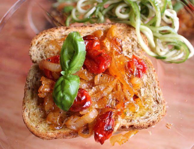 SMAKFULL TOAST: Prøv en annerledes bruschetta med ovnsbakt sjalottløk og cherrytomater. Klikk her for oppskrift. Foto: Jane H. Johansen/Veganmisjonen.no