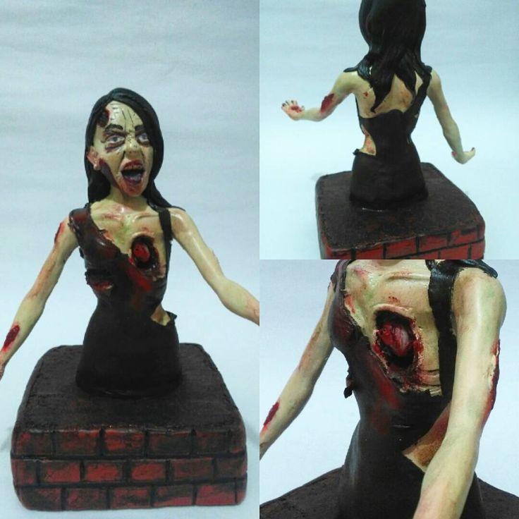 Zombie personalizado.  Modelado en porcrlana fría con epoxy, impregnado de laca.  Encargo.  Ya cierro 2015 con esta escultura personalizada de la novia de mi cliente. Un trabajo bastante bueno, que puso a prueba mis límites, y el resultado es ver cuán lejos he llegado. En síntesis, contento con el resultado. Interesados whatsapp 319 277 21 13 #zombie  #sculture  #Handmade  #craft #zombies  #crecienteescarlata  #mcallen  #modelismo  #sculptcrafting  #videogames #tvshowseries  #tvshow…