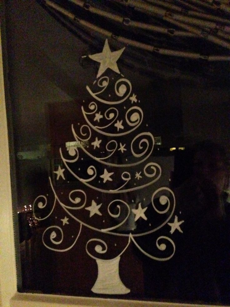 Krijtstift op het keukenraam voor Kerst