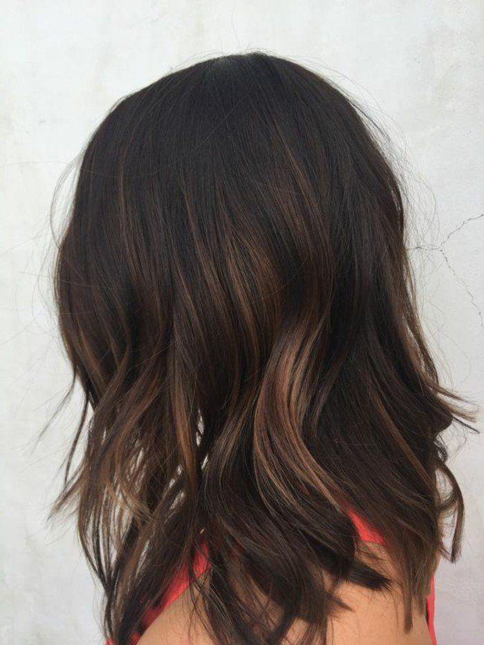 coupe de cheveux courte avec petits reflets en blond foncé