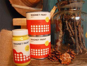 こちら、なんと塗装面がマグネットになるペンキ。最初にマグネットとなる砂鉄入りのベース塗料を塗り、その上から好きなカラーを塗れば完成です。