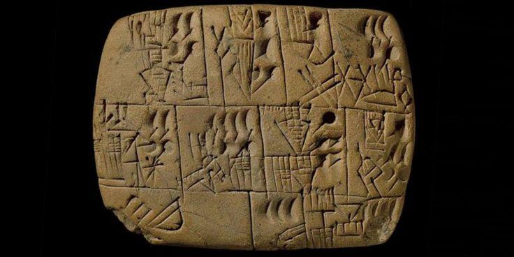 """Diversas placas de argila foram encontradas nas ruínas da cidade mesopotâmia de Uruk, que hoje corresponde ao Iraque. As placas com inscrições cuneiformes de 5 mil anos de idade revelamque o salário dos trabalhadores da antiguidade ela pago em cerveja. O registro específico consiste em um recipiente cônico, que significa """"cerveja"""", acompanhado de uma …"""