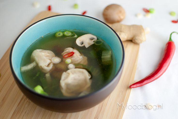 Op zoek naar een authentiek recept voor Chinese wontonsoep? Wij laten je stap-voor-stap zien hoe je de wontons maakt en hoe je heerlijke wontonsoep bereidt!