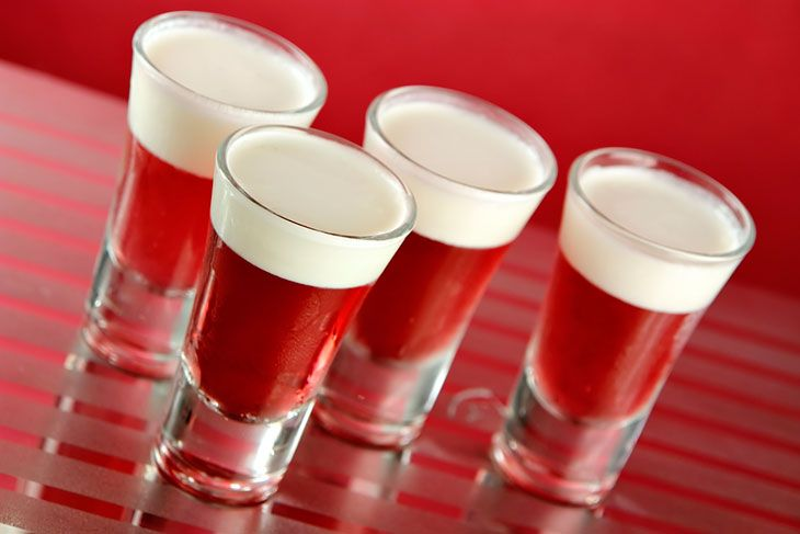 Jello Shots 1 pacote de gelatina 1 copo de água 1 copo de vodka Como fazer Coloque a água para ferver e misture com a gelatina. Em seguida coloque a vodka, divida em copos de shot e coloque para gelar. Se quiser ser requintado e fazer as doses com duas cores, como na foto, é necessário esperar uma camada endurecer para colocar a outra, já fria por cima.