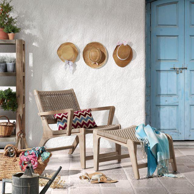Chaise longue et petits chapeaux en paille sur cette terrasse d'extérieur