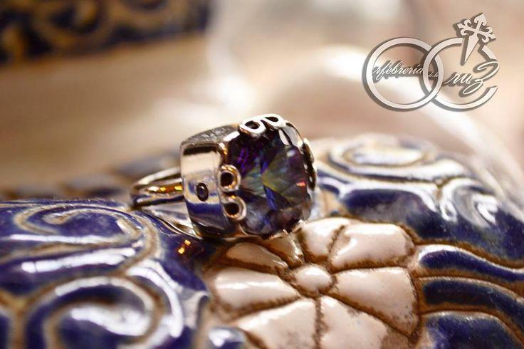 Anillo de plata fina (950) con topacio místico y diamantes. Joyas hechas a mano por Orfebrería de la Cruz.