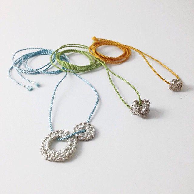 zilveren hangers aan zijde koord | mieke de been • sieraden