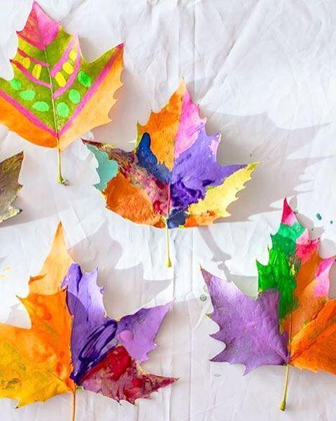 Så enkelt men så himla fint att måla på löv Kul pysseltips som vi hittade på simplefunforkids.com. Bild: simplefunforkids.com