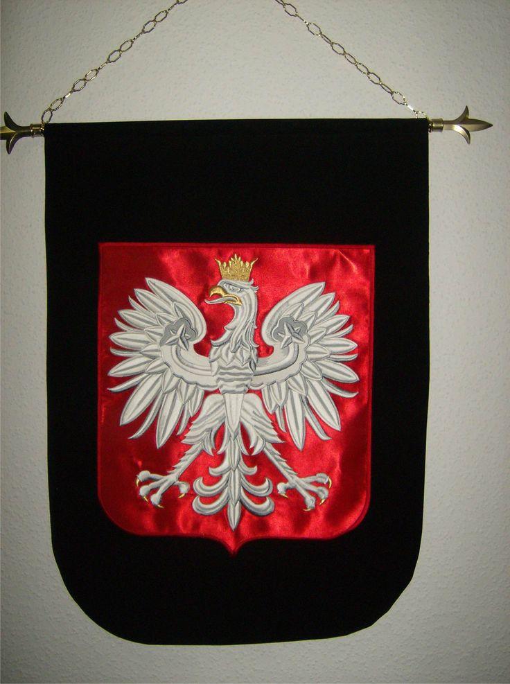 Polskie godło - orzeł biały  - haftowany na tkaninie w formie proporca do zawieszenia w reprezentacyjnym pomieszczeniu.