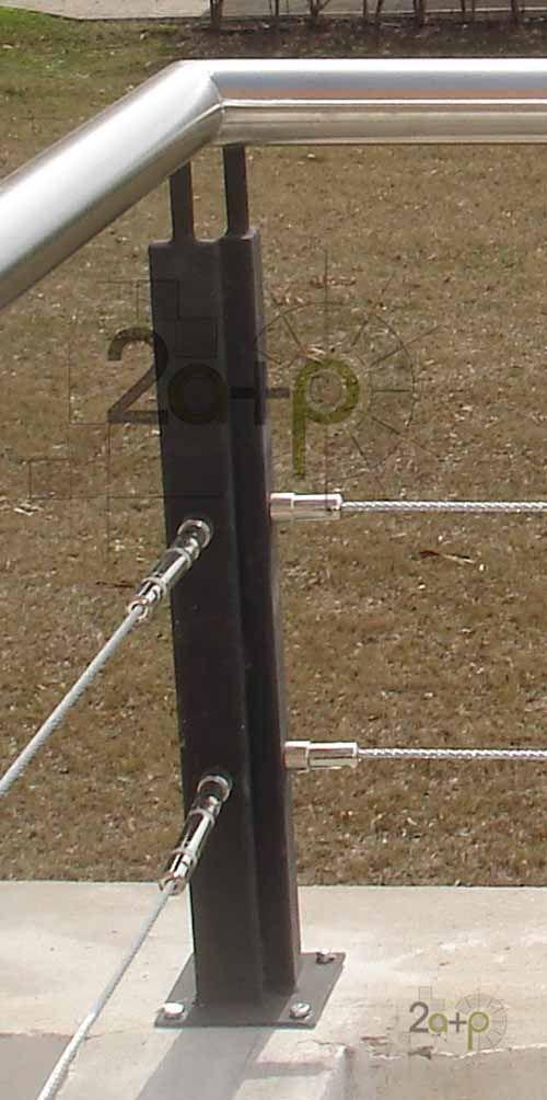 Baranda con parantes de hierro,  <a href=seccion.asp?seccion=16>PASAMANOS</a> de acero inoxidable y   protecciones de cables de acero fijados con tensores línea Artensor.