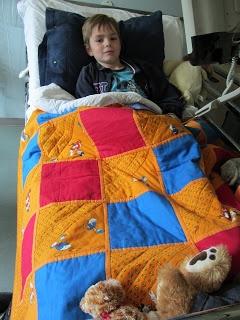 """""""Luc in zijn ziekenhuisbed. Hij heeft van een prachtige droomdeken gekregen van de Regenboogboom. Het Donaldduck-design had Marthe voor hem uitgekozen toen hij nog op de IC lag."""""""