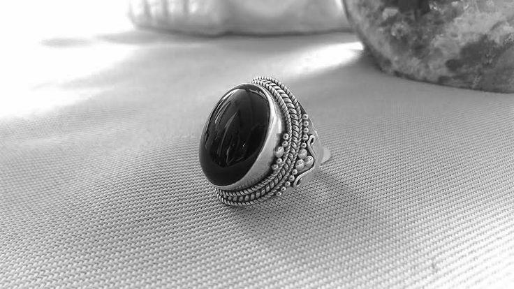 New Onix ring with intriguing details! Sterling Silver, size 8  | Nueva sortija en Onix adornada de hermosos detalles. Plata esterlina, tamaño de sortija: 8