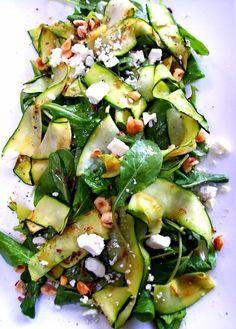 Gegrillte Zucchinistreifen mit Rukola und Senfvinaigrette mit Feta und Pinienkernen.
