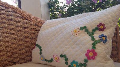 dolcifico:sacchetto portacorredino con applicazioni di fiori di bottoni.  http://dolcefilo.blogspot.it/p/bottonemania.html