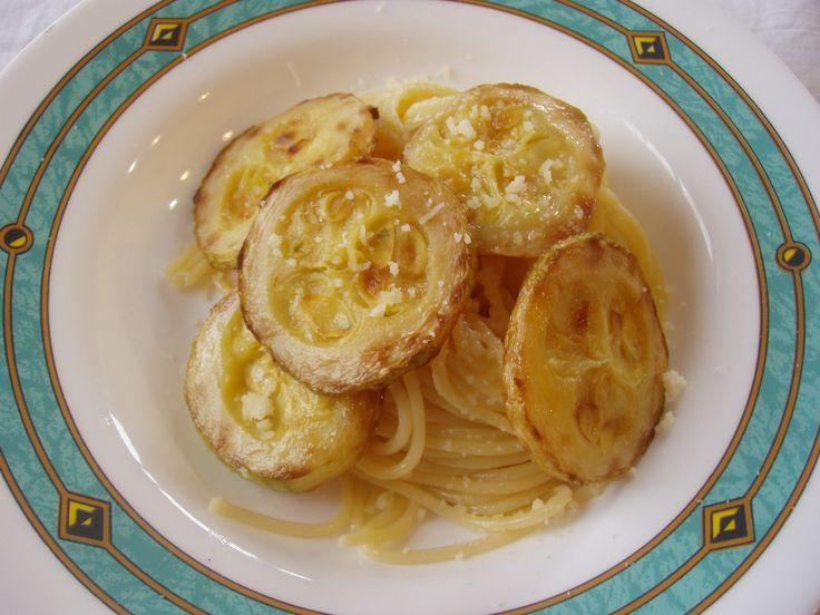 Pasta con la zucchina fritta  http://agavepalermo.files.wordpress.com/2011/09/zucchine-fritte-cult-2011-017-13.jpg