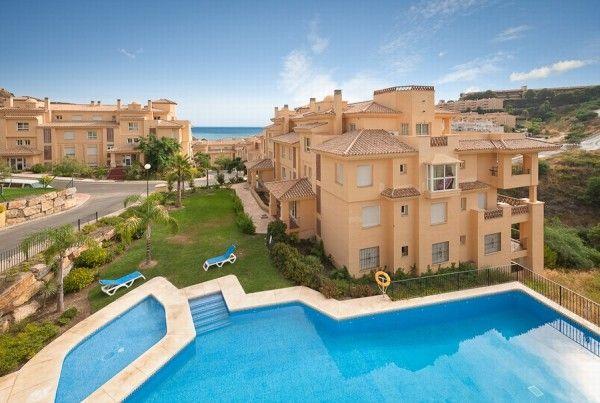 Apartmán (2 spálne, 2 kúpelne) v Mijas (HOT-A2132-SSC). Pôvodná cena 249.950 € je znížená na 195.000 € pre dosiahnutie rýchleho predaja. Tento nádherný apartmán sa nachádza v pokojnej lokalite s čiastočným výhľadom na more zo svojej južne orientovanej terasy (12 m2). Nehnuteľnosť je veľmi dobre vybavená, má luxusné zariadenia, mramorovú kúpeľňu a smotanové mramorové podlahy v celom apartmáne. Pláž len 5 minút jazdy autom. Dobrý potenciál prenájmu. www.spanielsko-reality.eu