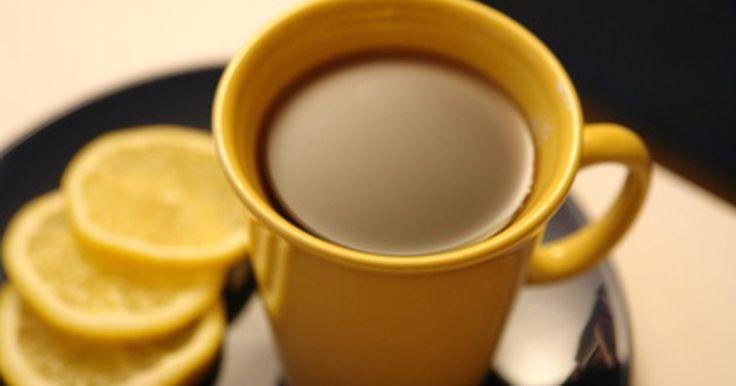 Diferenças entre o chá de gengibre e o chá de ginseng. O ginseng é uma planta perene de crescimento lento, com grandes raízes carnudas, originária da Ásia. O gengibre é um tubérculo oriundo do sul asiático. Tanto o chá de ginseng quanto o de gengibre são feitos a partir das raízes dessas plantas. Ambos são usados na medicina alternativa e preparados da mesma forma básica: com fatias das raízes, em ...