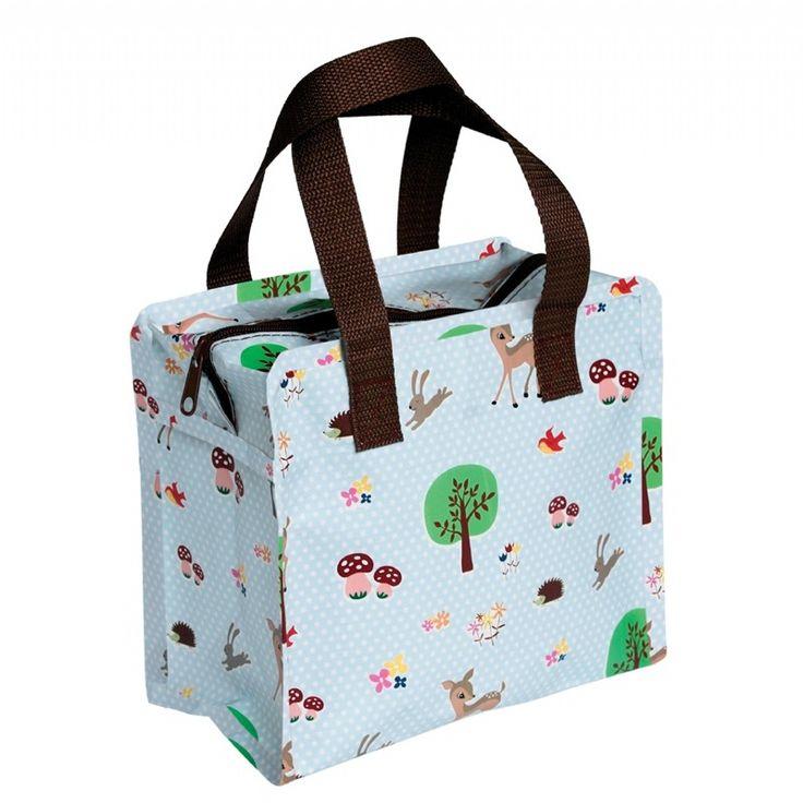 Handig en hip tasje Woodland € 4.95 Een hip tasje! Handig om mee te nemen voor onderweg met wat spulletjes die je bij de hand moet hebben. Om bijvoorbeeld een 'naar het toilettasje' van te maken. Of gewoon om je eten en drinken in te doen! Ook erg makkelijk om mee te geven naar school, peuterspeelzaal of creche met luiers en/of schone kleding! Het tasje heeft 2 handsvaten en een rits aan de bovenzijde en is gemaakt van 90% gerecyclede materialen. De afmeting van het tasje is ca. 13x 21x 16