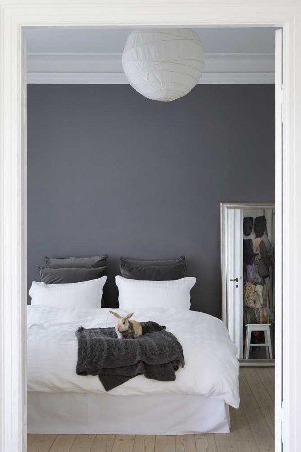 Så fint och harmoniskt med den gråa väggen till den vita sängen och naturträgolv. Ge mig!