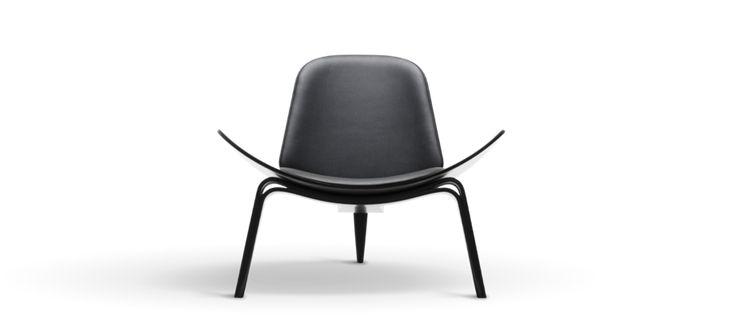 Fåtöljen CH07 Shell Chair från Carl Hansen är formgiven av den berömda Hans J. Wegner. Likt många av hans andra välkända verk har även denna fåtölj fått en hel del smeknamn genom åren. CH07 nämns ofta som Skalstolen eller The Smiling Chair, tack vare de vackra kurvornas leende form. Utöver formens uppenbara estetiska egenskaper bjuder de dessutom på en fantastisk komfort, något som inte är allt för sällsynt i Wegners oeuvre.
