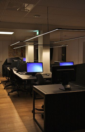 The flex office is one big table with 4 permanent workstations and short-term workstations in the middle.