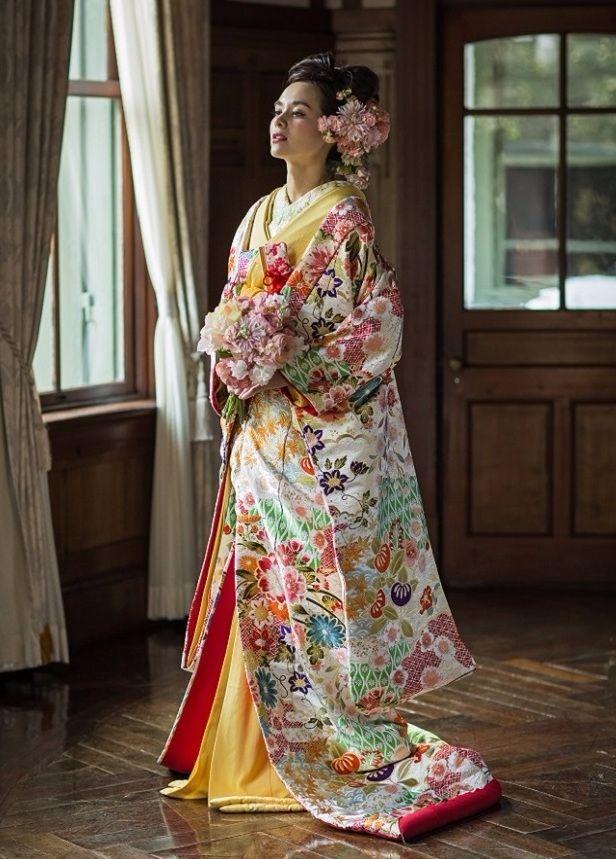色打掛-01-4833 世界最高峰ブランドのウエディングドレスのレンタル、人気・トレンドのカラードレス、圧倒的にオシャレなメンズのレンタルタキシード、アクセサリー豊富。提携外の結婚式場に持ち込み可能。ドレスの試着にご来店ください。