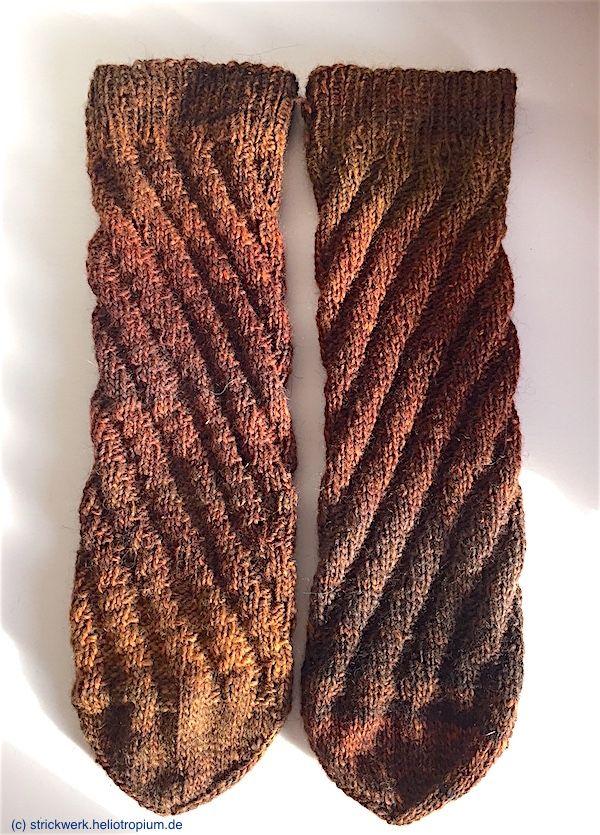 Der Vorteil von Spiralsocken besteht ja darin, dass sie sich in Länge und Breite dem Fuß anpassen, weil es keine eingestrickte Ferse gibt. Dennoch sindnatürlich die Socken für einen schmalen Kinderfuß nicht auch für einen kräftigen Herrenfuß geeignet, und umgekehrt. Diese Spiralsocken sind für die Herren-Schuhgröße 44/45 gestrickt. Für kleinere Größen und für Damen-Schuhgrößen bis max. 4 ...