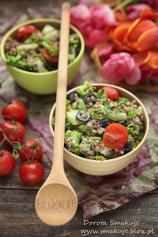 Sałatka z kaszy gryczanej z brokułem, pomidorami, selerem naciowym i oliwkami