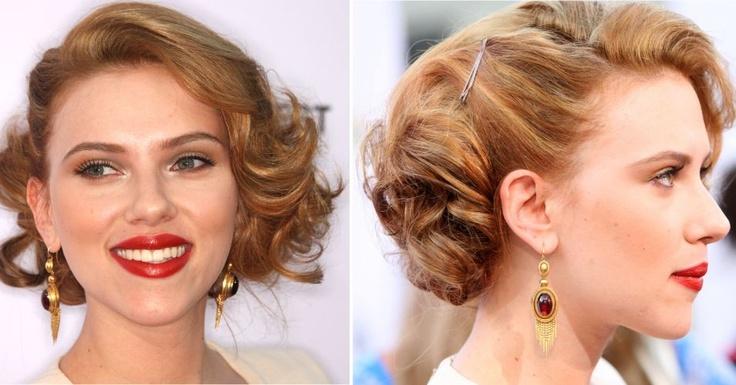 Scarlett Johansson é sempre vista com penteados glamurosos, bem construídos e com referência a pin ups. Na foto, ela usa os fios com cachos feitos com babyliss largo, penteados de lado, formando um topete. A lateral direita recebe uma presilha, que ajuda a segurar a produção (23/07/2009)