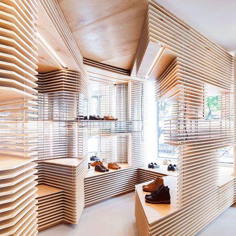 Der Innenraum der Manhattener Schuh-Boutique Feit überzeugt durch vielschichtige Wandkomplexe aus hellen Holzplatten. Die Designerin Jordana Maisie beabsichtigte, die Qualität der handgefertigen Lederwaren in einer minimalistischen und modernen Umgebung zum Ausdruck zu bringen. #inspiration #ndu #newdesignuniversity