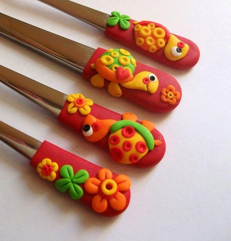 dětský+příbor+želvičkový+Dětský+příbor+s+červenými+držátky+a+želvičkami..doplněno+o+květinky+a+čtyřlístky..