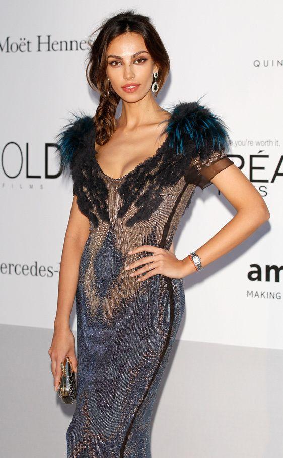 Madalina Ghenea con un espectacular vestido de paillettes y plumas en los hombros, Cannes 2012