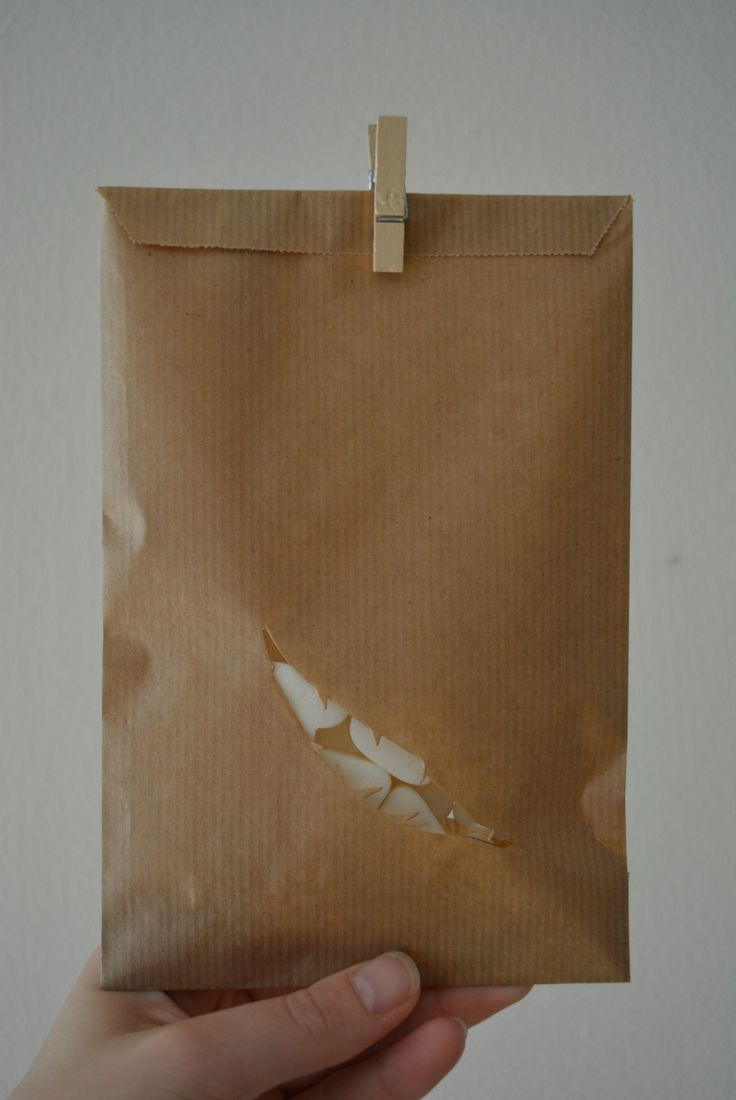 Kraft paper favor bags with a feather window in a bundle of 100 with cellophane bags --- Give away's, art deco wedding or wedding favors door SierGoed op Etsy