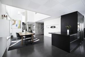 Se her, hvordan du får et organiseret, funktionelt og smukt køkken på få kvadratmeter.