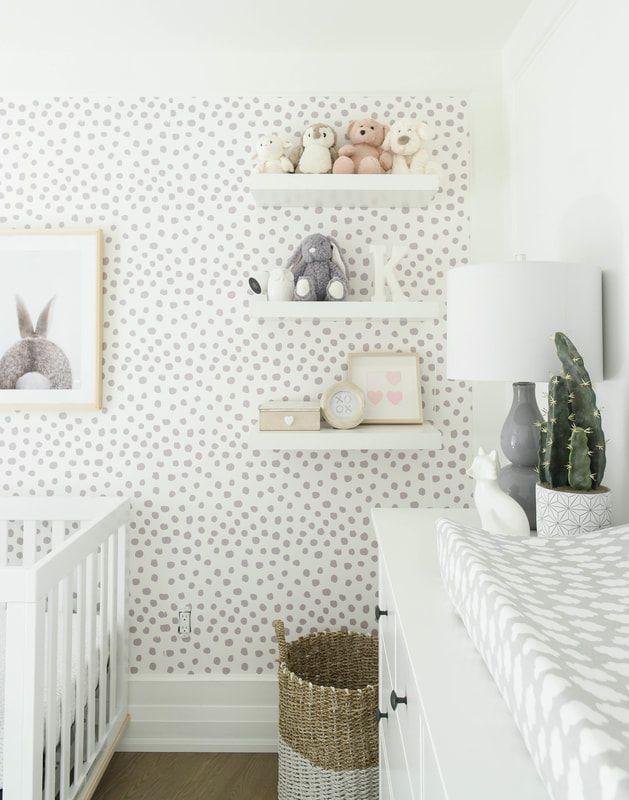 geschlechtsneutrales grau-weißes Kinderzimmer mit silberfleckiger Tapete und …