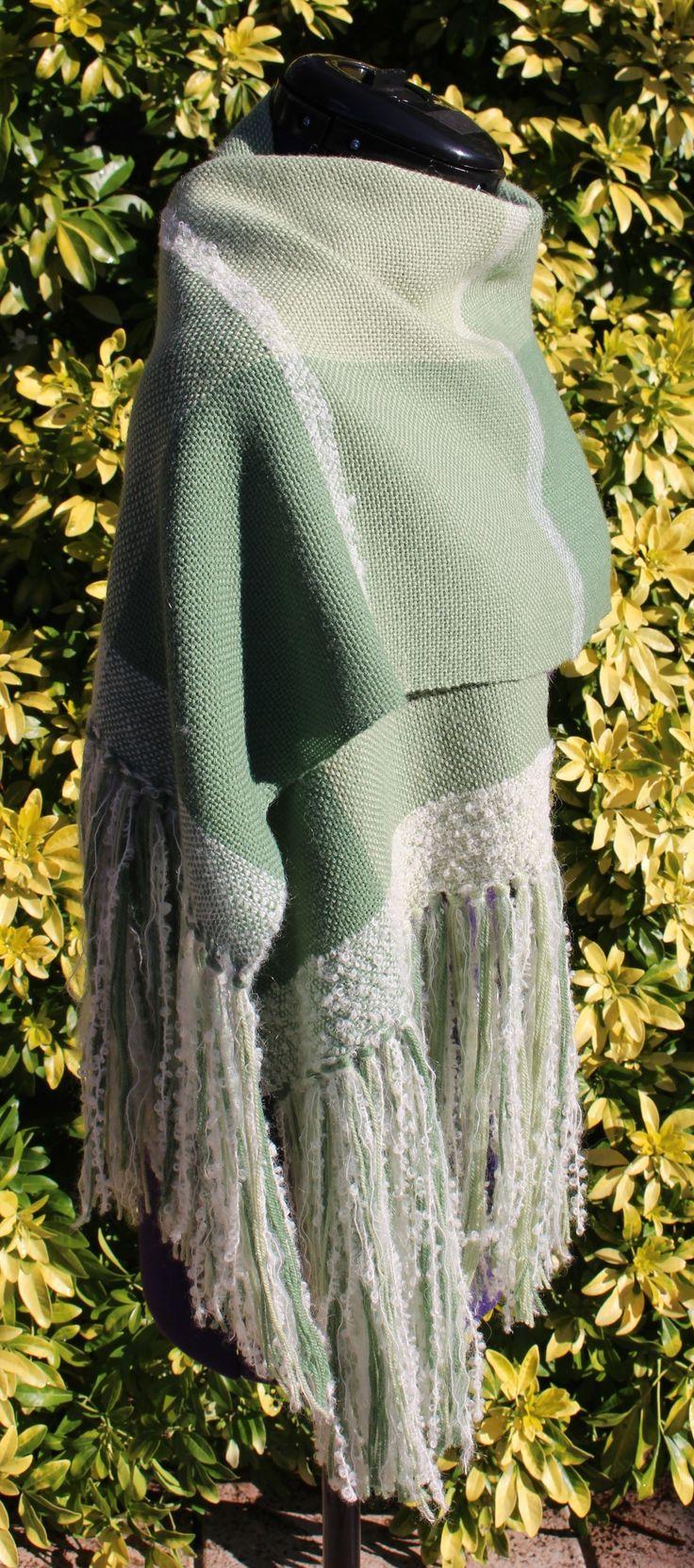 Étole écharpe tissée main en laine alpaga mohair tons vert et blanc avec franges https://www.alittlemarket.com/boutique/chaliere-2339933.html