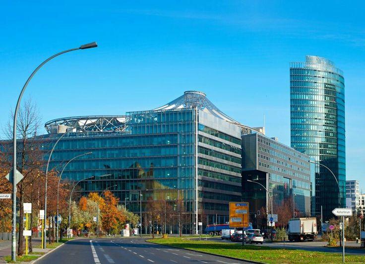 The roof of the Sony Center in Berlin represents Mt. Fuji or Fujisan. - Das Sony Center soll eines der WahrzeichenJapans, den heiligen BergFujisan, symbolisieren. Nach japanischem Glauben wohnen dieKami (Naturgeister oder -gottheiten)in den Bergen, da Berlin jedoch in dem Sinne keinen Berg hat, wurde kurzerhand das Sony Center als künstlicher Wohnsitz für die Kami gebaut, damit Sony auch in Europa im Schutz dieser steht.