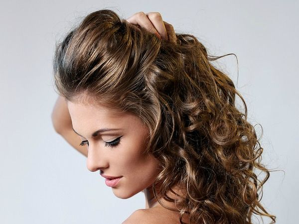 If you love curly hair, but hate the damage curling wands, flat irons, and heat styling products do to your hair, this tutorial is just what you need. Not only will it teach you how to get heatless curls, but it will also teach you the trick to make them last all day long!