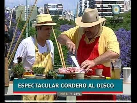 Distintas preparaciones al disco en Cocineros argentinos: bifes a la criolla; pollo al disco con verduras, panceta y hongos; cordero al disco; bruschettas de...