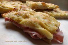 la vera Pizza Romana!!!! avete presente quella che rimane croccante sotto,morbida sopra e piena di pozzette d'olio e con i chicchi di sale grosso sopra??