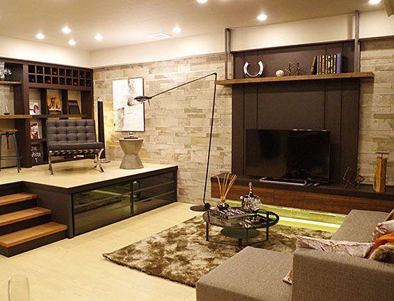 リビングルーム – 素材と質感のナチュラルモダンコーディネート|家族が集まるリビングには、淡いベージュの配色で暖かさを演出。 また、壁面タイルやテレビ背面の木質壁など、素材感のあるものをとり入れることで、空間に深みと奥行きを感じさせています。