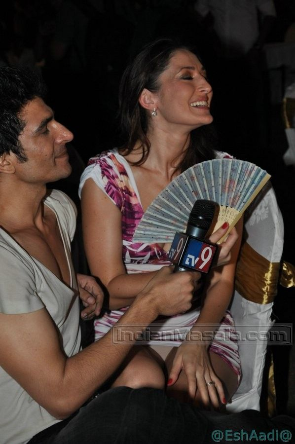 Oops..! Bollywood: MadhuShalini Upskirt : Showing Her Pale