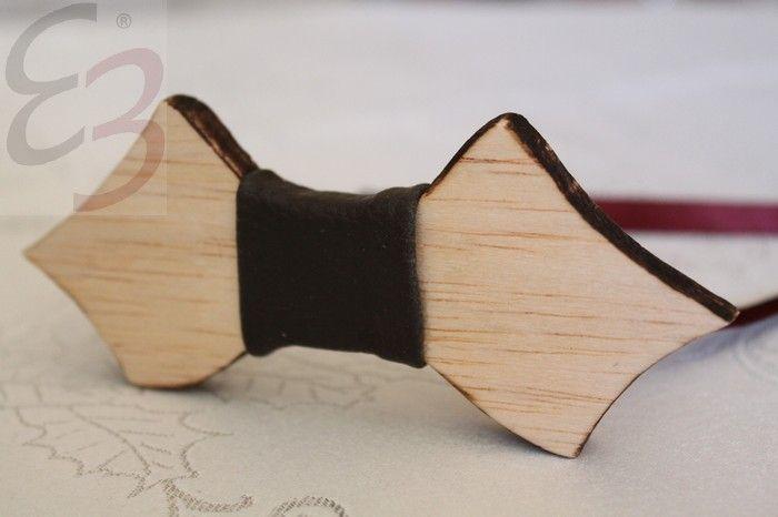 Papillon in legno con dettaglio in pelle grigia. Bruciatura sui lati. Richiedi il tuo papillon. Realizzabili in altre forme e colori.