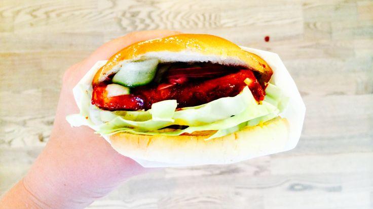 Oh Heeeello! Vegansk tofuburger med masse gode krydder og hjemmelaget BBQ-saus, quick pickled agurk og sitronmarinert rødløk? Ja takk! 2 burgere Altså.. Det sies at ydmykhet er en dyd, men dette er...